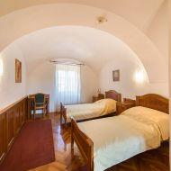 Az első és második szinten pedig 17 szobában 34 fő számára biztosít szálláslehetőséget 2*-os turistaszállás kategóriájában.